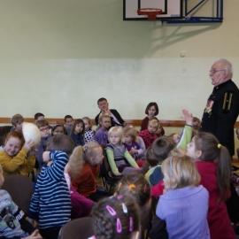 Członek Bractwa Gwarków z wiztą barbórkową w przedszkolu
